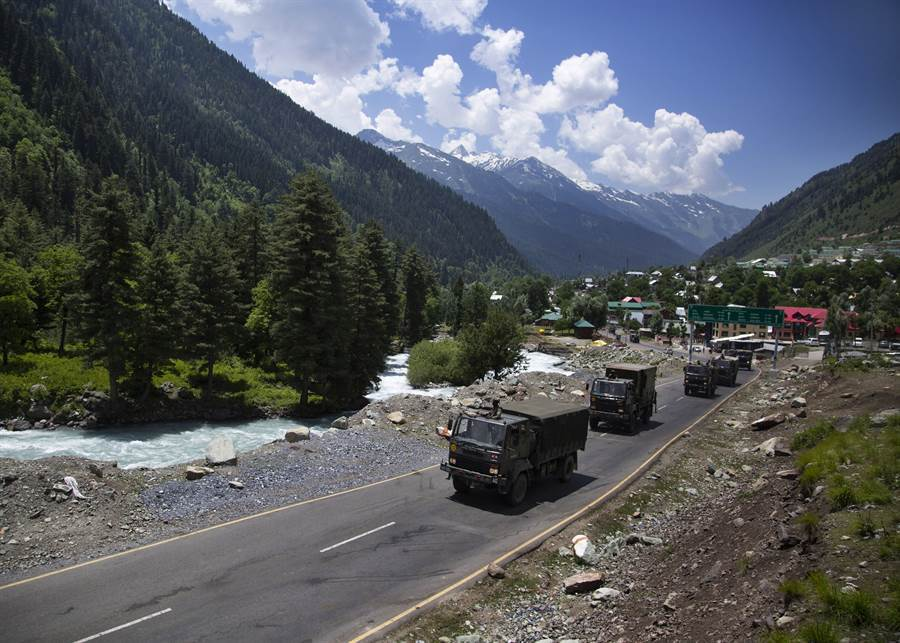 陸印邊境衝突演變至貿易戰,圖為前往拉達克邊境的印度陸軍。(圖/美聯社)