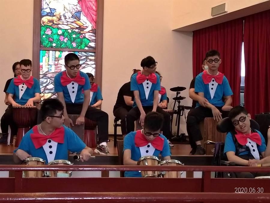惠明盲童育幼院舉辦幻奇表達音樂輔療成果發表會,多位盲童敞開心胸,從中找到滿滿成就。(王文吉攝)