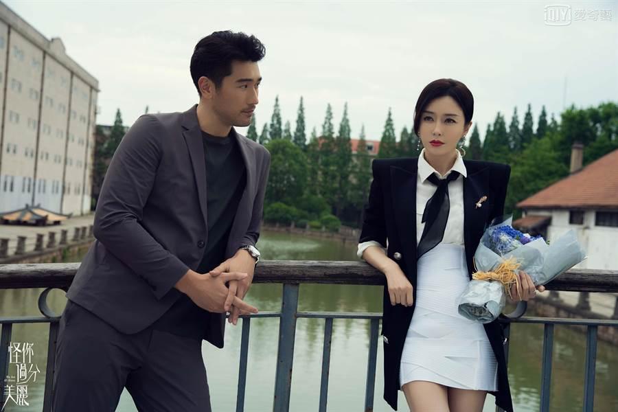 秦嵐飾演女強人高以翔相伴左右。(愛奇藝台灣站提供)