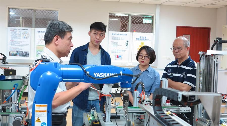 義大工管系偕同建佳科技產學合作,並一同參與科技部人才培育計畫。(義守大學提供/林雅惠高雄傳真)