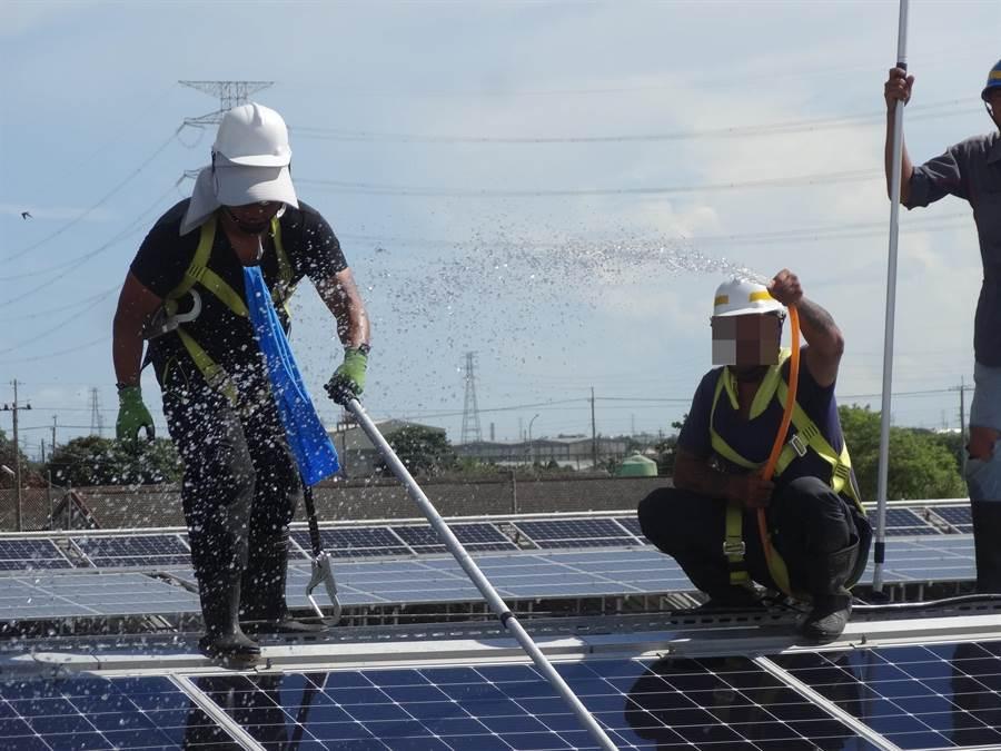 雲林監獄收容人自主監外作業,從事太陽能板維護清洗工作。(雲林監獄提供/許素惠雲林傳真)