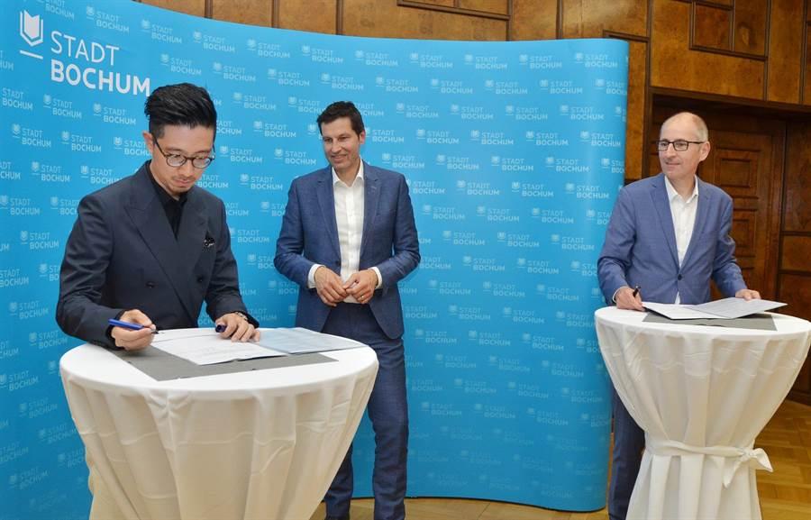 台灣指揮家莊東杰(左起)日前和波鴻市長、文化局長簽署合約,正式擔任德國波鴻交響樂團音樂總監。(莊東杰提供)