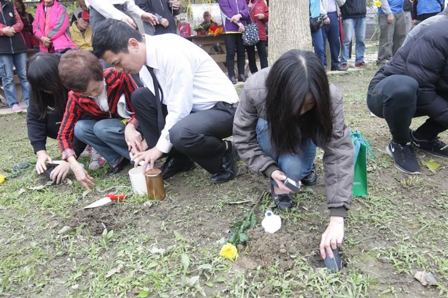 新冠肺炎疫情趨緩,新北市動保處今(30日)在中和動物之家舉辦寵物樹葬活動,共有21位飼主參與。(新北市動保處提供)