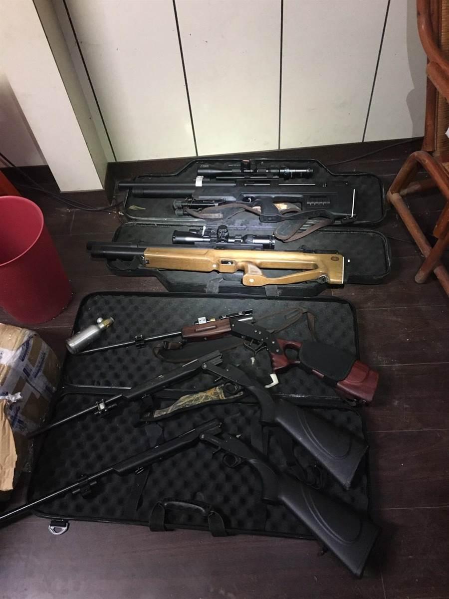 新北市刑大於工寮內起出改造長槍5枝(火藥式3枝、空氣槍2枝)、土造子彈10顆等證物。(新北市刑大提供)