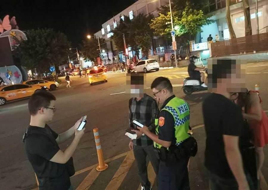 中壢警方在中壢火車站周邊訪查相關人員、店家。(圖/翻攝畫面)