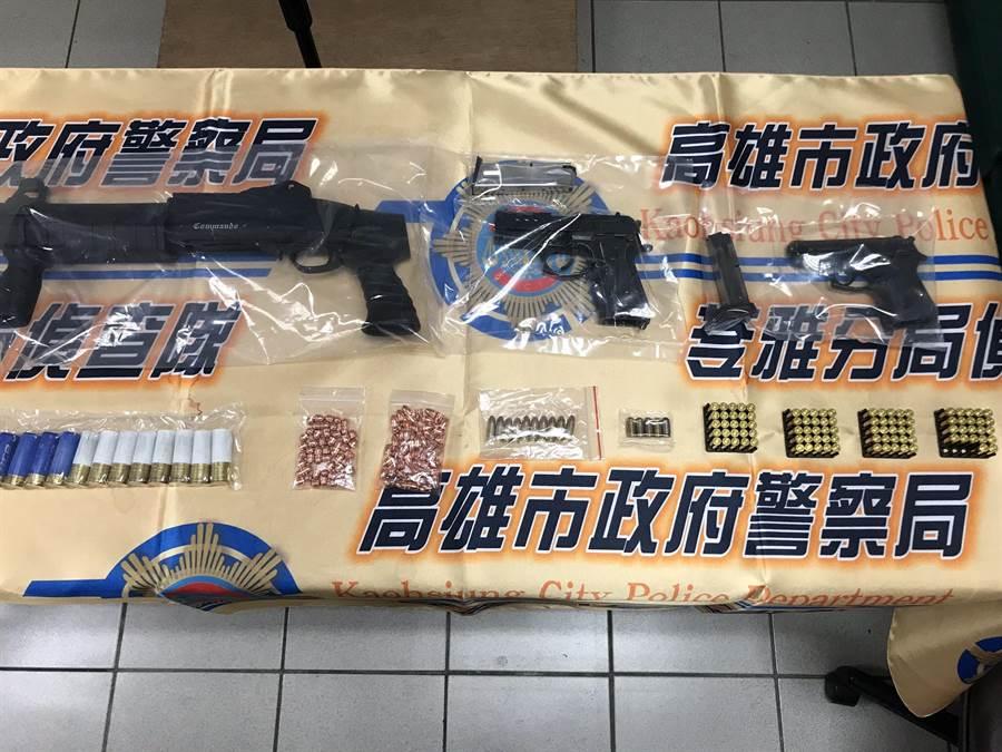 警方在陳男屋內搜出1把霰彈槍、2把手槍、30顆霰彈及手槍子彈。(高市苓雅警分局提供/袁庭堯高雄傳真)