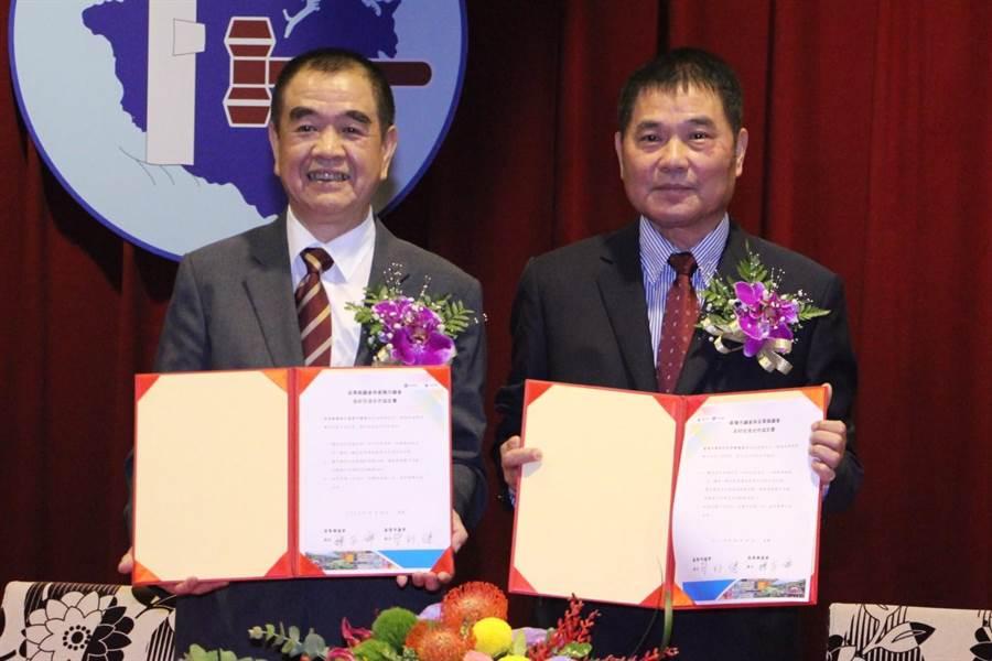 基隆市議會議長蔡旺璉(左)與苗栗縣議會議長鍾東錦(右)昨日共同簽訂友好交流合作協定,創下地方議會締結姊妹會的全國首例。(何冠嫻攝)