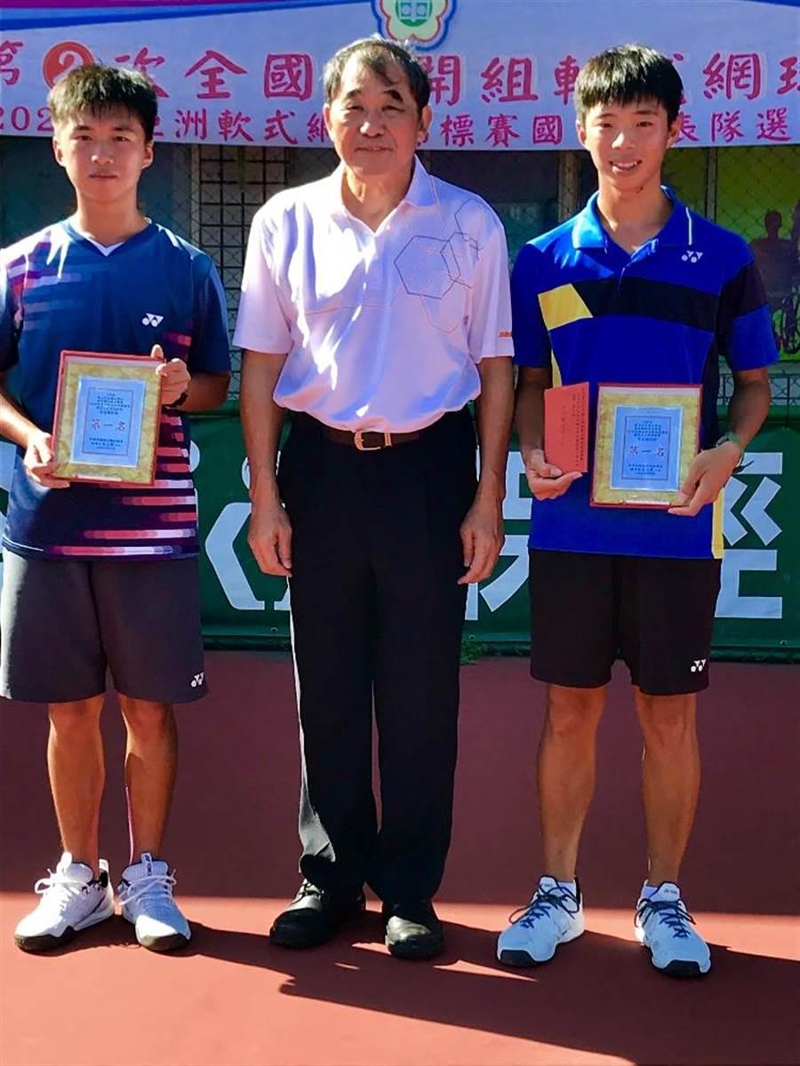 兄弟檔陳郁勳(左一)、陳柏邑(右一)共同取得第9屆亞洲軟網賽國家代表隊資格。(台南市體育處提供/李宜杰台南傳真)