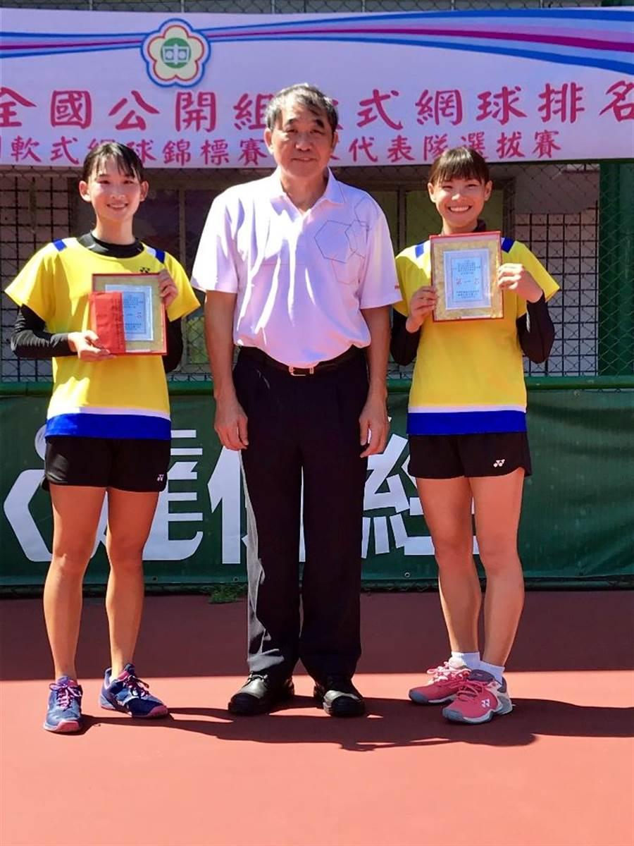 軟網女雙好手黃詩媛(左一)、徐巧楹(右一)入選第9屆亞洲軟網賽國家代表隊。(台南市體育處提供/李宜杰台南傳真)