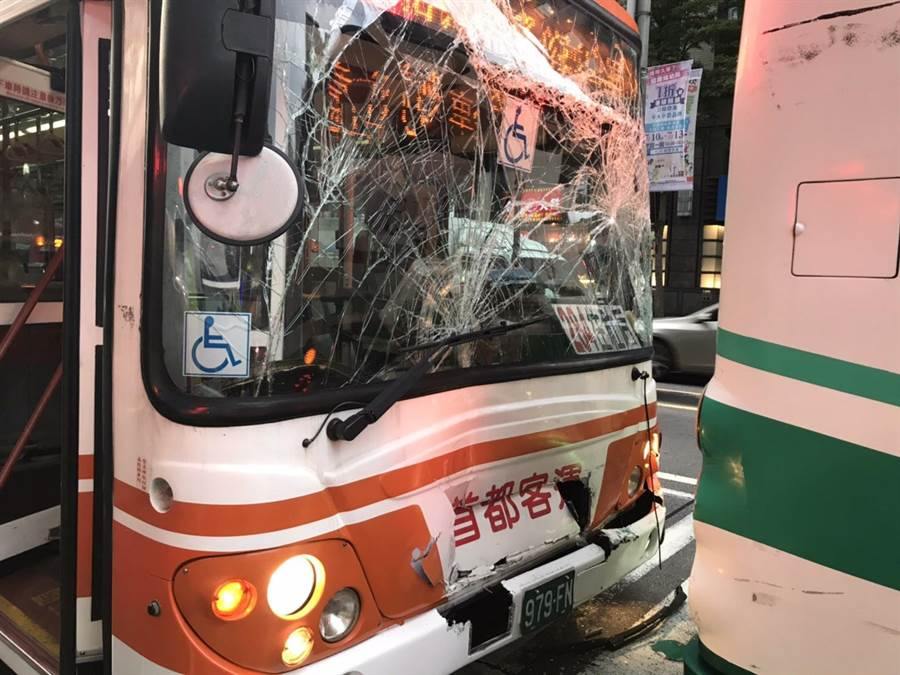 公車擋風玻璃撞擊碎裂。(民眾提供/胡欣男台北傳真)