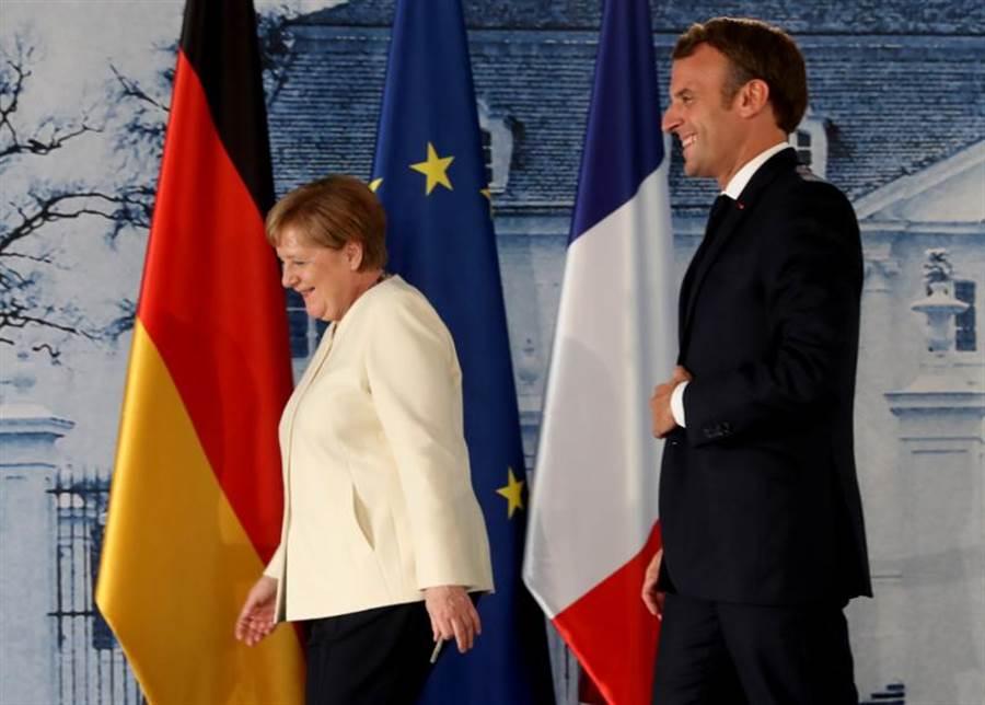 德國總理梅克爾(左)與法國總統馬克洪推動為歐盟設立達7500億歐元(約台幣25兆元)振興基金。(路透)