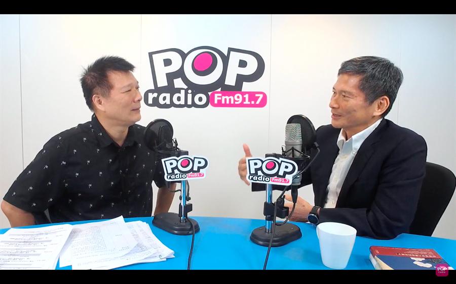 文化部長李永得(右)30日在作家蔡詩萍(左)廣播節目「Pop大國民」接受專訪。(截取自網路)