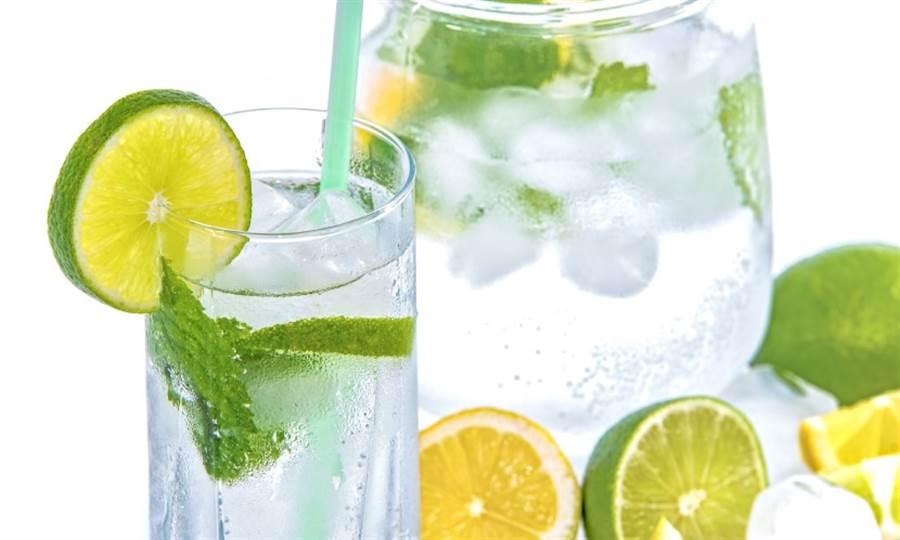 含抗氧化及維生素C的綠茶、檸檬汁,確實可以幫助身體代謝,但對本身濕氣重的人來說,卻要適可而止。(圖片來源:pixabay)