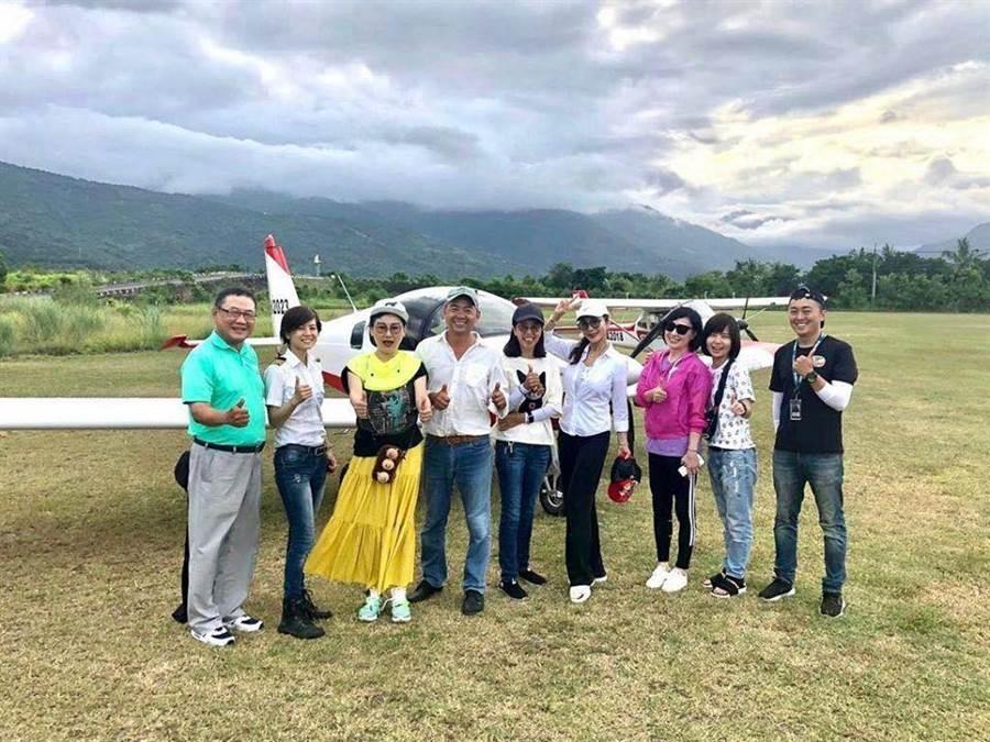 陳美鳳(右四)與好友們一起旅遊。(摘自臉書)