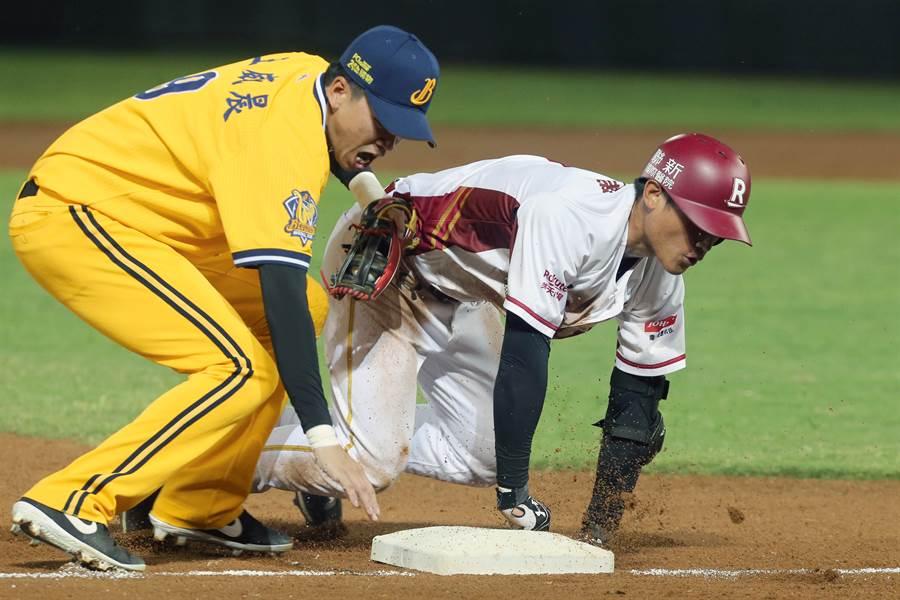 3局下,樂天桃猿林承飛(右)擊出中外野飛球,造成中信兄弟張志豪接球失誤跑上三壘。(陳麒全攝)
