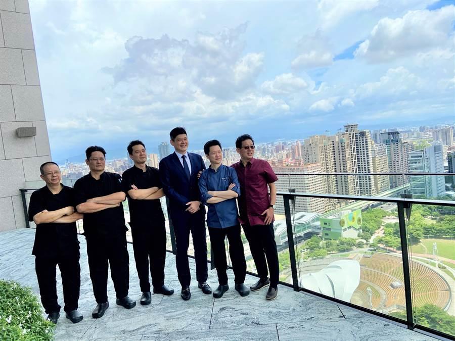 台中市豪宅打出五星級主廚賴遠輝(右二)團隊進駐社區,在家就可宴請賓客,甚至提供喜宴服務。(盧金足攝)