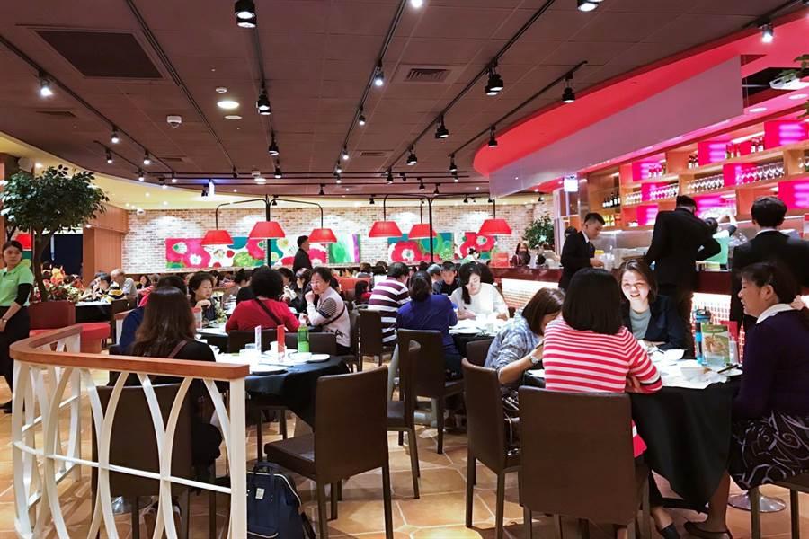 新冠肺炎疫情重創台灣餐飲業,雖然隨著疫情趨緩,餐飲業營運已率先回溫,但由於造成餐飲業此次「完美風暴」的3大結構性問題仍在,預期在後疫情時代,餐飲業的淘汰賽態勢仍不會改變。(資料照)