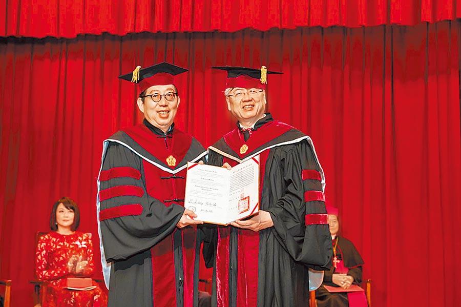 富邦金控董事長蔡明興(左)獲頒輔大名譽商學博士學位,由輔大校長江漢聲頒發證書。圖/富邦金控提供
