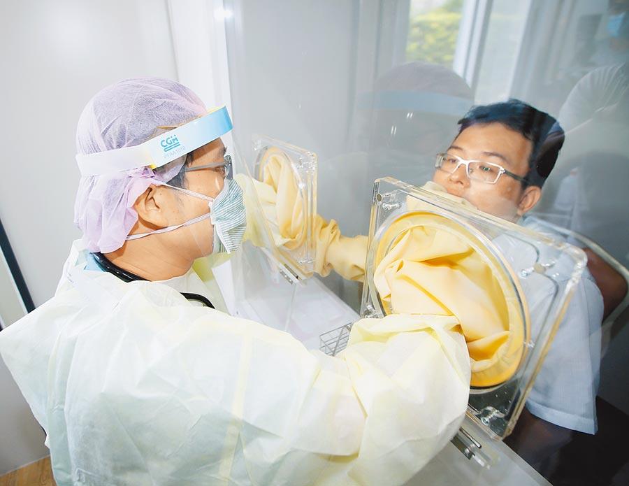歐盟公布開放邊境名單,台灣未列其中,台大公共衛生學院院長詹長權直言,我檢測量太低是主因。圖為醫生為病患採集檢體。(本報資料照片)