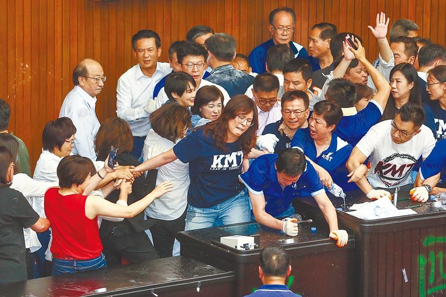 民進黨立委持油壓剪剪斷鐵鍊,破門攻進議場內,藍綠爆發口角及推擠。(鄧博仁攝)