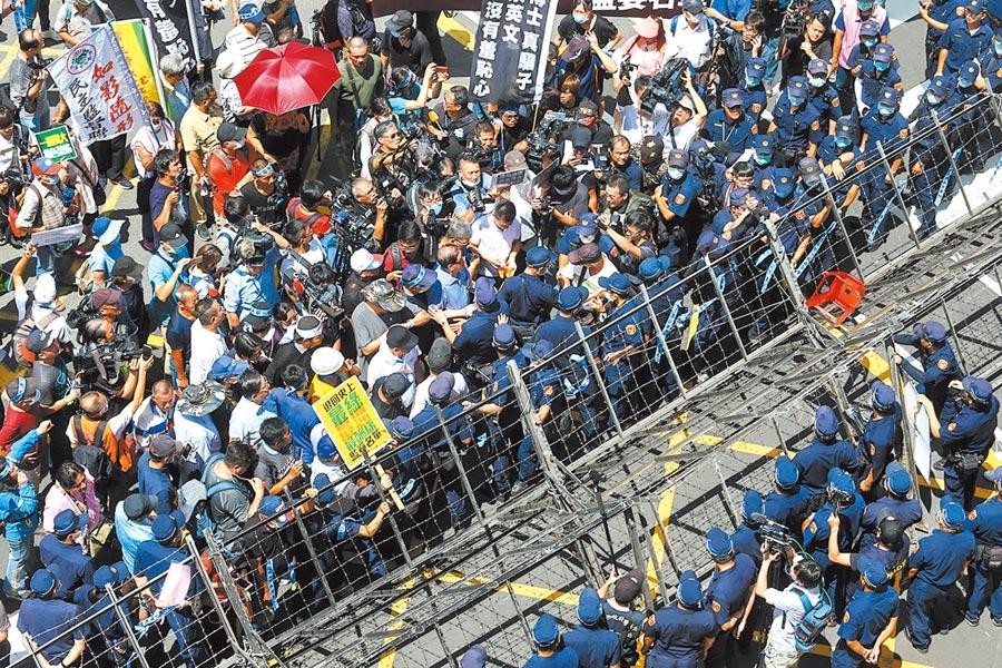 國民黨29日在立法院群賢樓外召開記者會,隔著警方架設的拒馬,聲援黨籍立委占領議場。(鄧博仁攝)