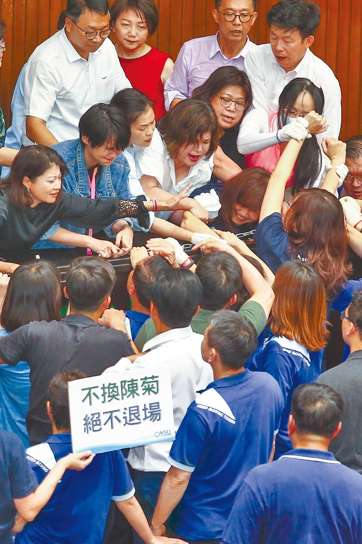 國民黨立法院黨團29日持續占據立法院議埸,而民進黨立委則持油壓剪剪斷鐵鍊,破門攻進議場內,藍、綠雙方爆發口角及推擠。(鄧博仁攝)