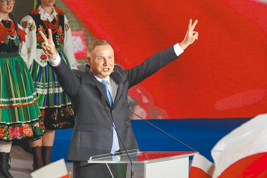 波蘭28日舉行總統大選,爭取連任的右翼民粹總統杜達受疫情拖累,得票率未過半,必須在7月12日進入第二輪決選。圖為杜達在投票結束後高舉雙手擺出勝利之姿。(美聯社)