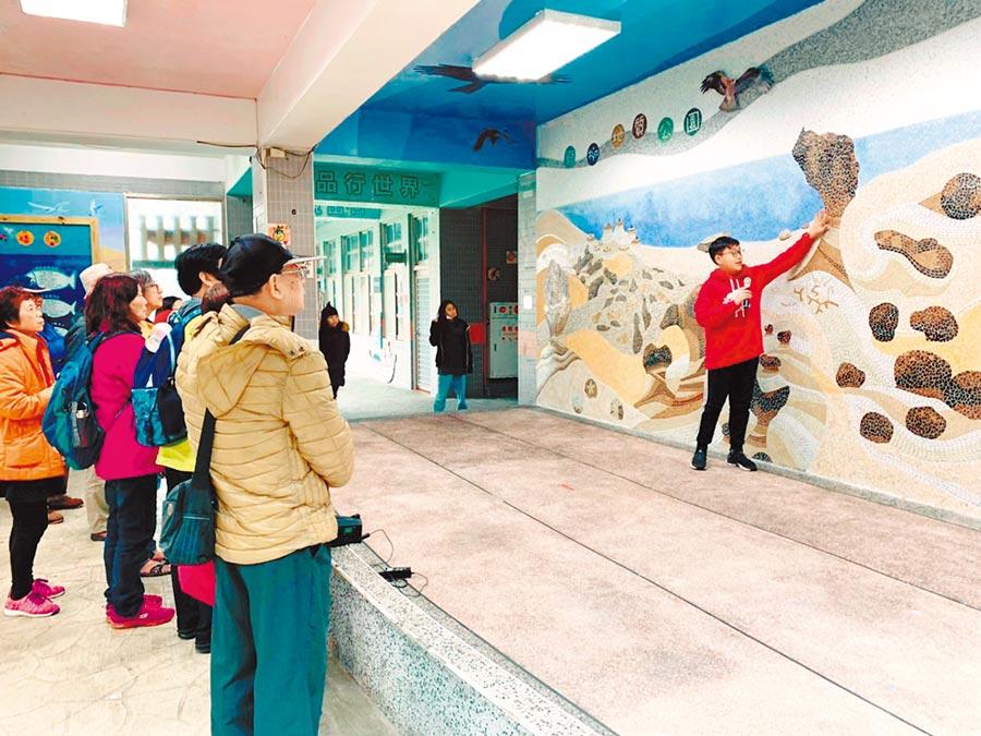 野柳國小學童在「野柳地質牆」替民眾解說地質公園特色。(新北市野柳國小提供/張睿廷新北傳真)