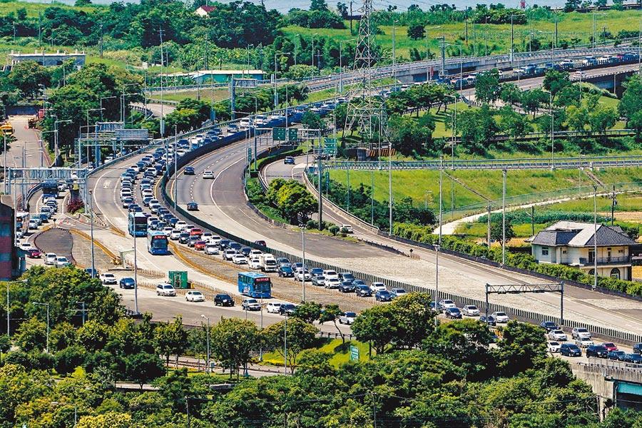 端午連假國道5號創下連續32小時塞車的紀錄,地方盼高鐵延伸宜蘭能盡快施作,圖為今年端午連假收假日國5北上段上午車潮。(本報資料照片)