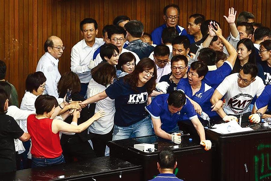 國民黨立法院黨團29日持續占據立法院議埸,而民進黨立委則持油壓剪剪斷鐵鍊,破門攻進議場內,藍綠雙方爆發口角及推擠。(鄧博仁攝)