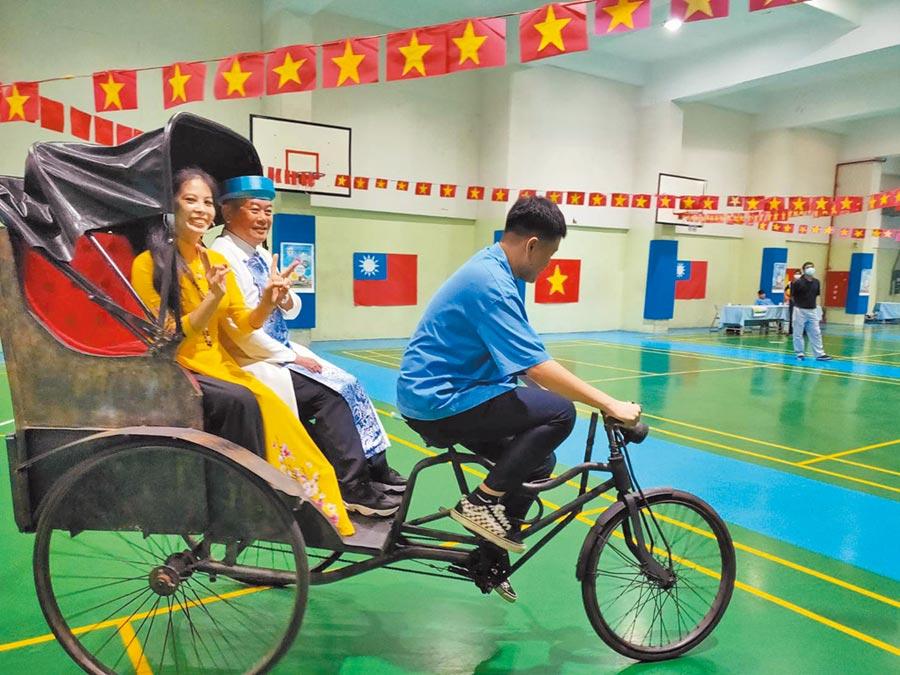 竹林高中發表參與式預算提案,同學騎人力車當起車伕。(竹林高中提供/王揚  傑新北傳真)
