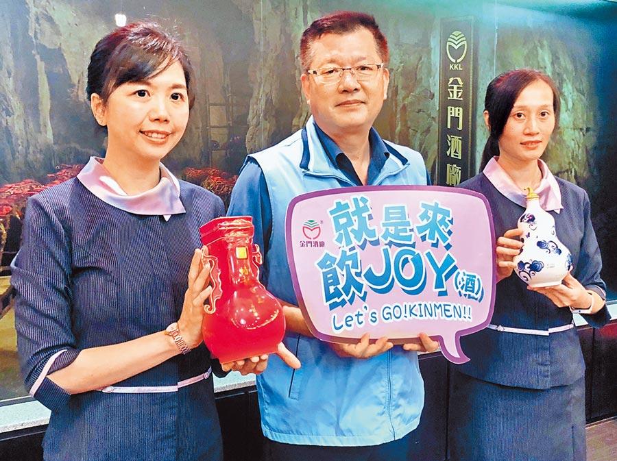金酒總經理楊駕人宣布7月起推出搭配「酷碰券」、「振興券」的優惠套餐活動。(李金生攝)