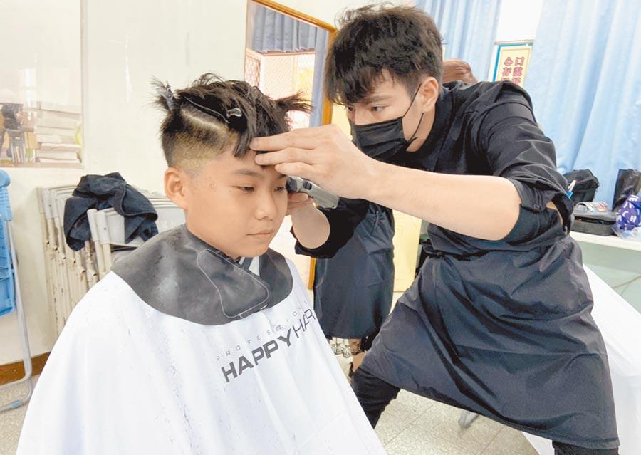 知名生技公司與髮廊合作,在畢業季前夕來到偏鄉小校為學生義剪。(林和生攝)