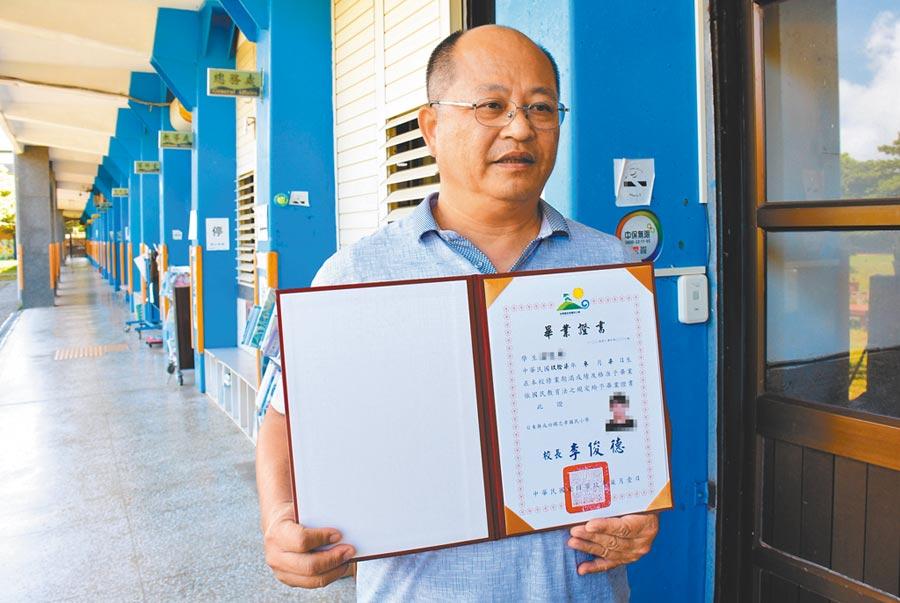 忠孝國小溫姓學童車禍死亡,校長李俊德拿出溫童來不及領的畢業證書。(莊哲權攝)
