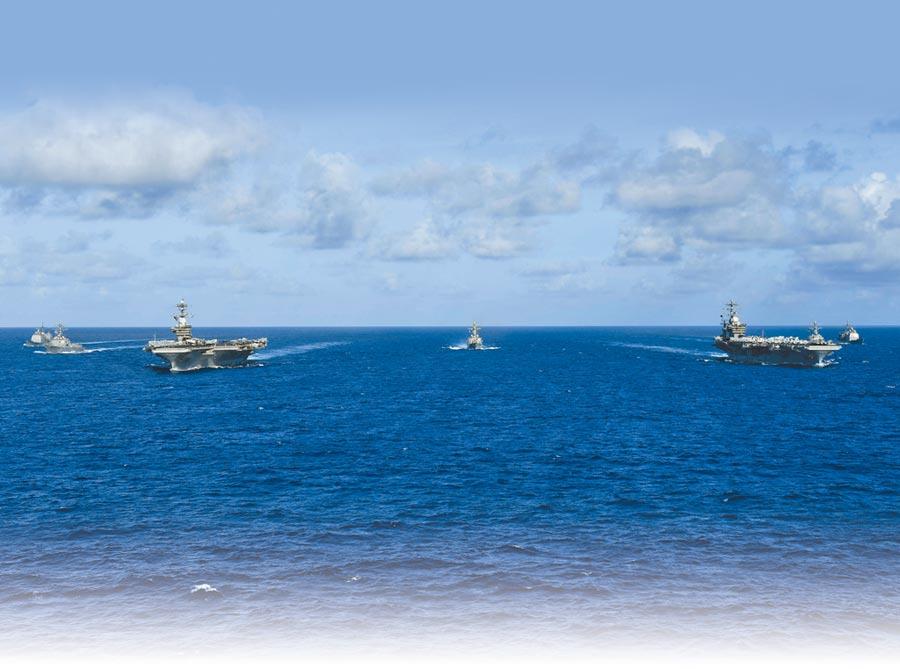 6月23日,美軍羅斯福號、尼米茲號航母戰鬥群在菲律賓海展開雙航母演習。(取自美國海軍官網)