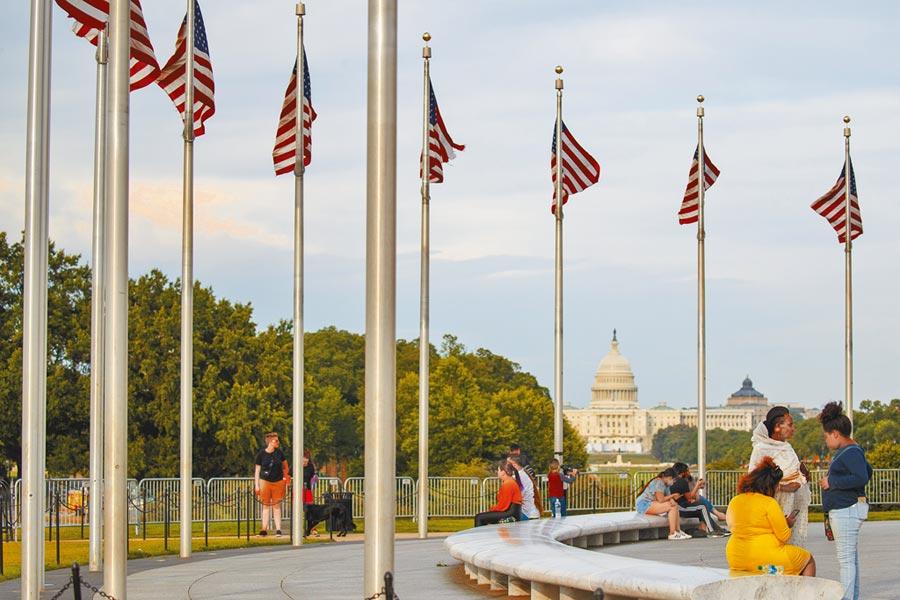 美國確診和死亡病例暴增,但多數民眾輕忽防疫,6月28日,人們在華盛頓國家廣場休閒多未戴口罩。(新華社)