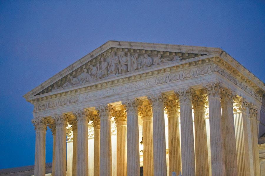 美國發動各類訴訟要向陸索賠,中共政法委痛批於法無據。圖為3月12日在華府拍攝的美國最高法院。(新華社)