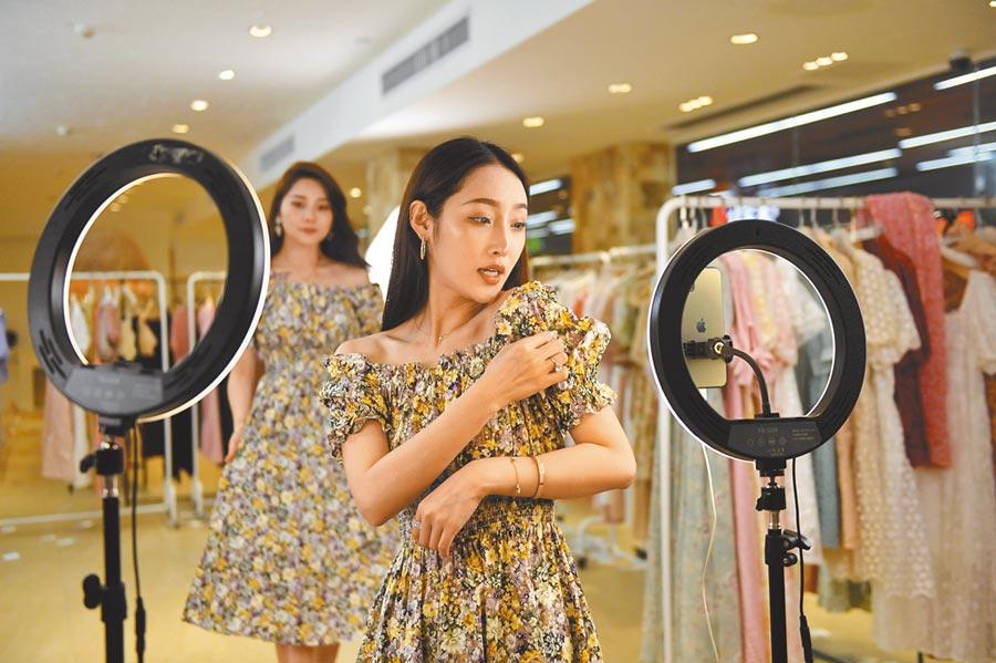 直播主銷售女裝。(中新社資料照片)
