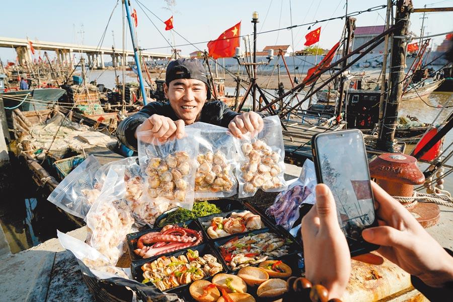 江蘇朱蓬口漁港居民直播銷售海鮮產品。(新華社資料照片)