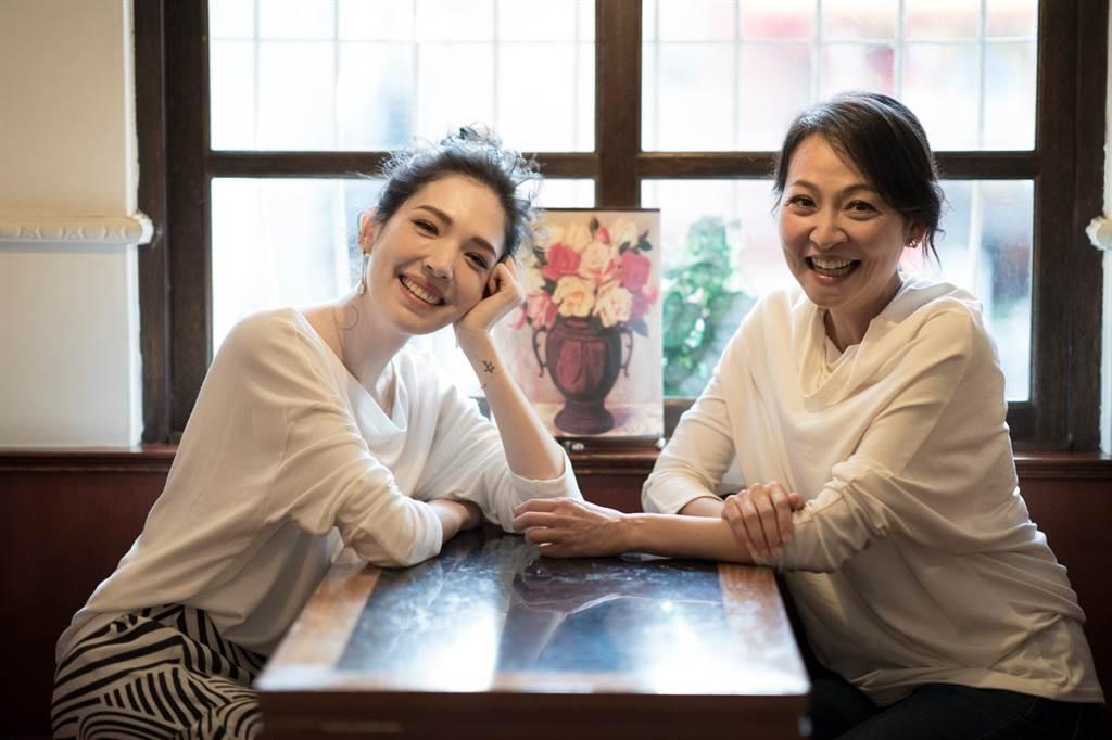 許瑋甯(左)和台大戲劇戲教授姚君合作《我的大老婆》培養好感情。(果陀劇場提供)