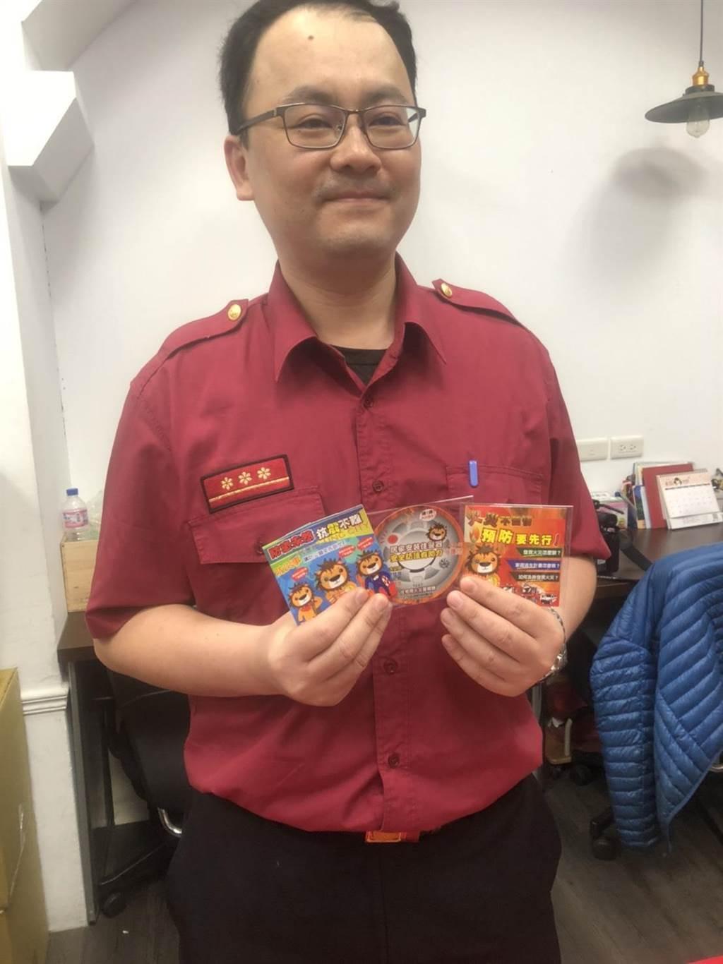 基隆市消防員陳偉建發揮美術專長,設計防災魔術卡摺頁,受到民眾歡迎。(許家寧攝)