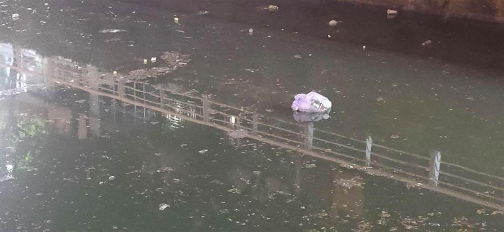 貼紙哥黃建豪在臉書上貼出幸福川骯髒的河面。