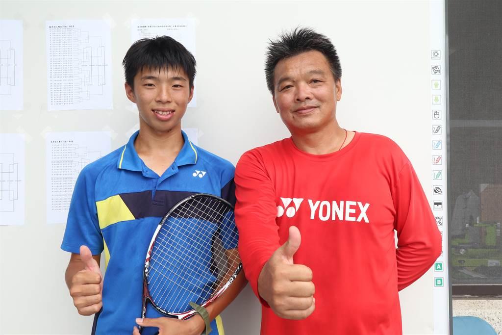 就讀台南市南寧高中一年級的陳柏邑(左),成功入選第9屆亞洲軟式網球錦標賽國家代表隊,成為最年輕的軟網男國手,並將與同為國手的哥哥陳郁勳,聯手出征雙打賽事。(李宜杰攝)