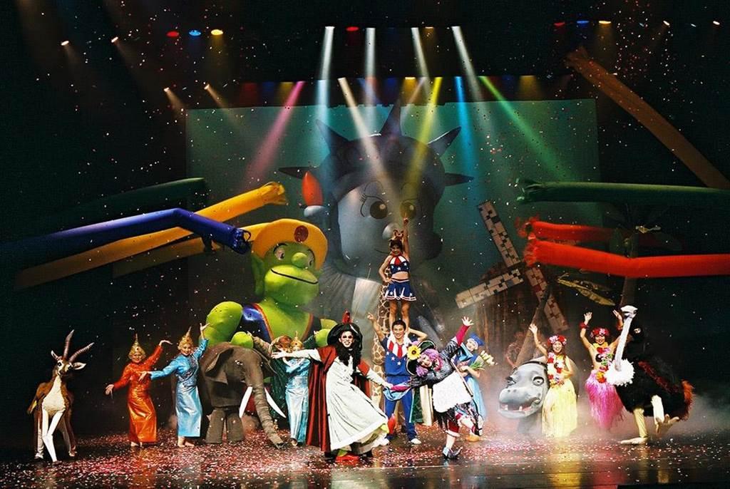 紙風車劇團歷經疫情、火劫後的第一場演出為《巫頂環遊世界》。(摘自紙風車劇團官網)