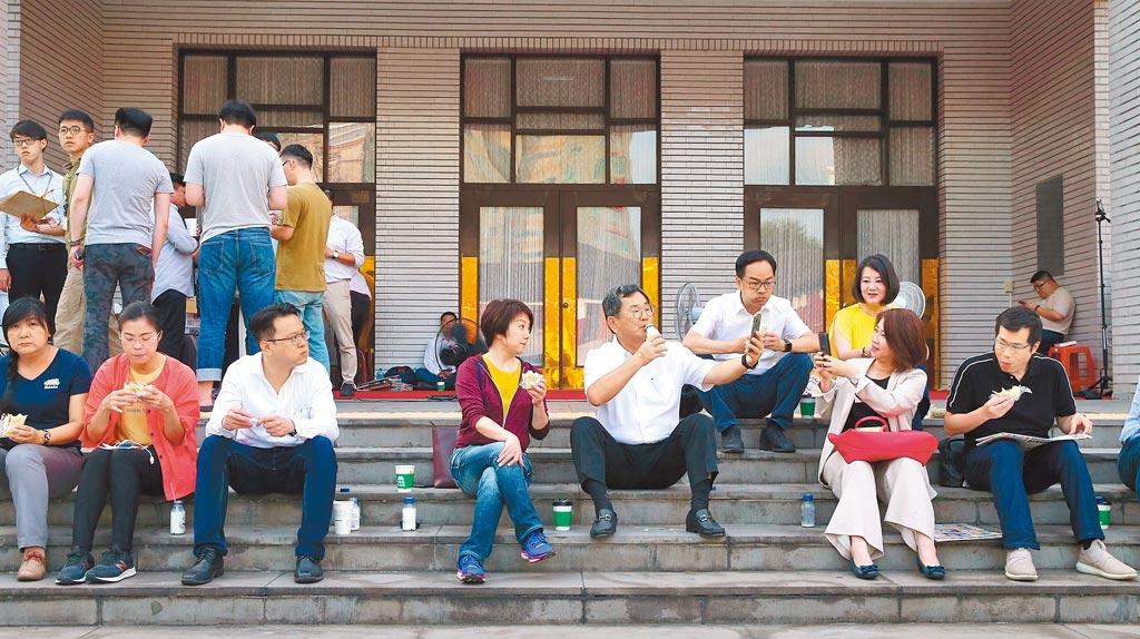 民進黨團昨安排綠委24小時排班看守議場,以防藍委再突襲。昨天清晨6點,一起坐在議場樓梯,吃著蔡英文總統送來的早餐。(陳君瑋攝)
