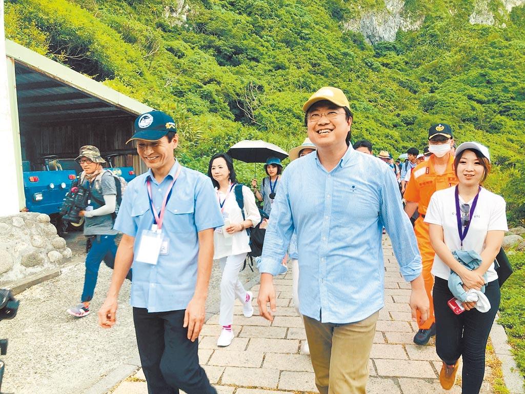 基隆市長林右昌6月30日親自前往基隆嶼進行開放前最後一次的檢驗。(吳康瑋攝)
