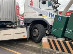 大貨車疲勞駕駛衝上安全島 撞歪整排電線桿變電箱