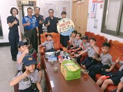 台南文正國小學童訪總爺派出所 熱舞表演慰勞波麗士