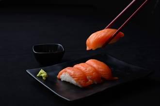 爽點10盤鮭魚壽司!竟被笑「不懂吃」 2.7萬網友全怒了