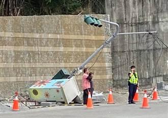 吊車拉倒紅綠燈 彰化市中興路號誌停擺路口大亂